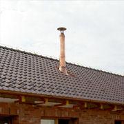 Interiérový komín prechádzajúci strechou